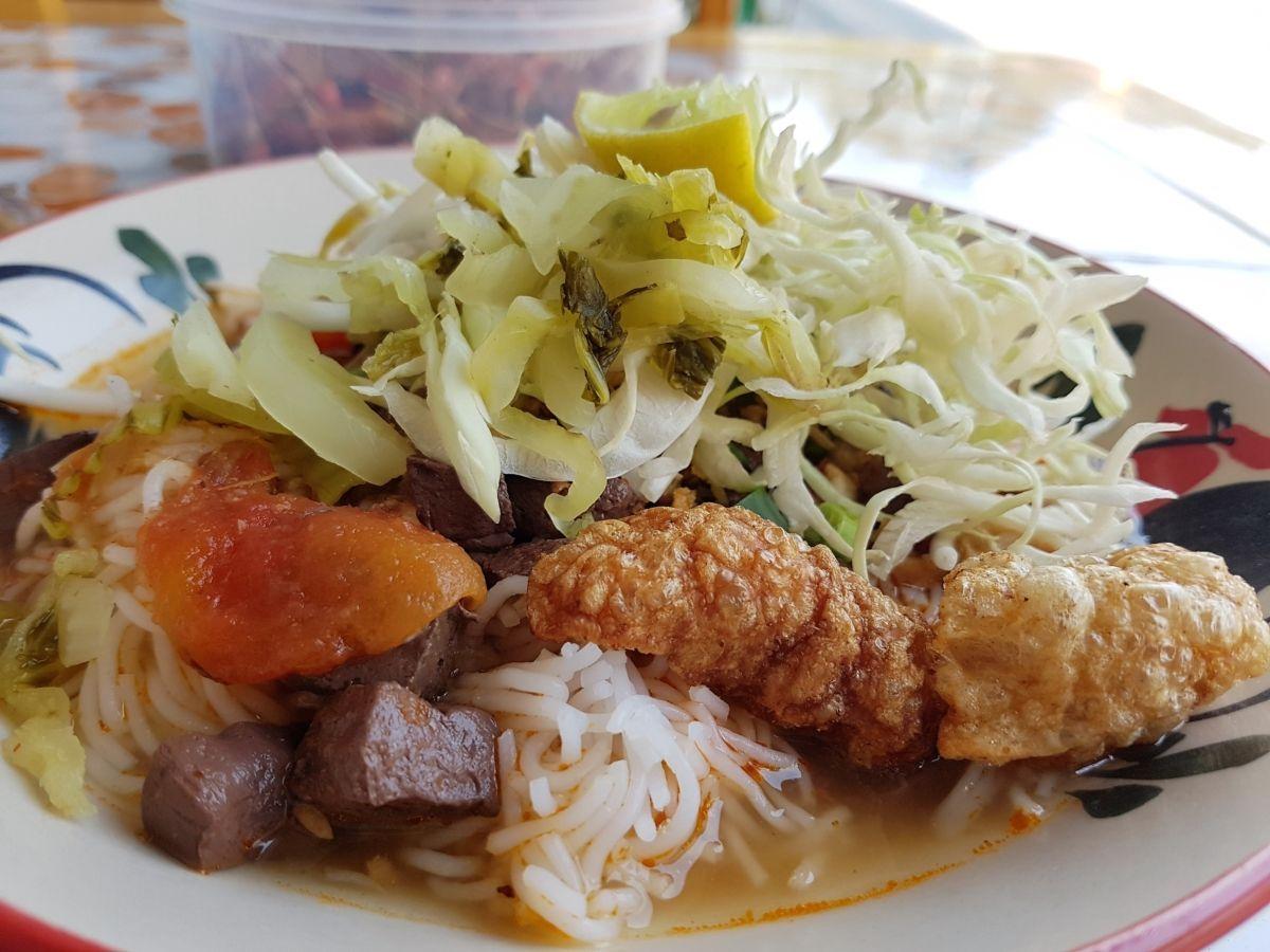 Gastronomadistas | Plato de nam ngiao, noodles del norte de Tailandia con tofu de sangre.
