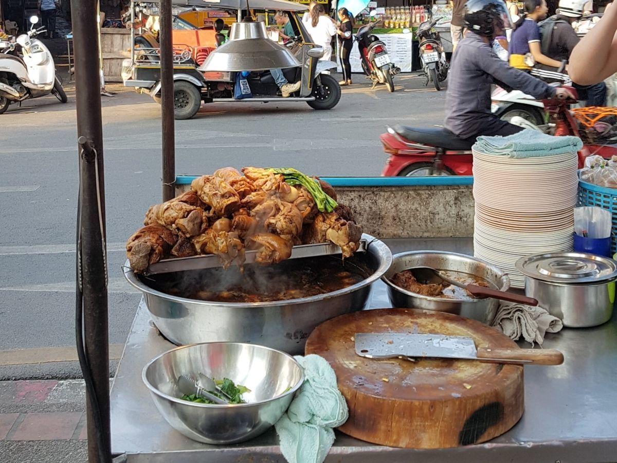 Gastronomadistas | Prueba el cerdo braseado más famoso de Tailandia, el khao ka moo