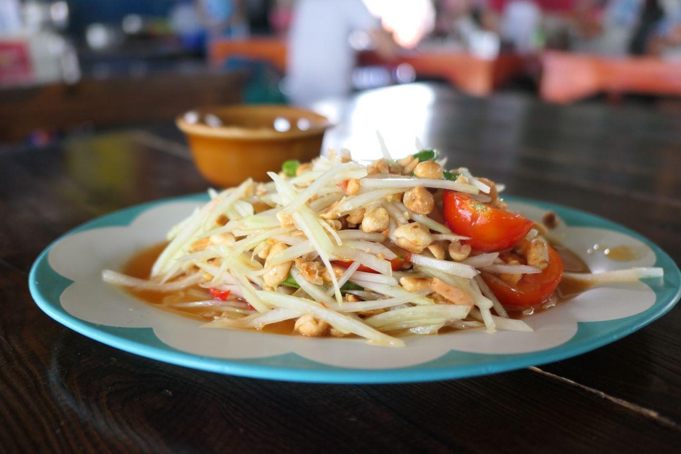 ¿Sabes cómo se prepara y qué lleva la ensalada de papaya verde o som tam? ¿Sabes que puedes pedirla vegetariana? Descubre cómo en este post | Gastronomadistas