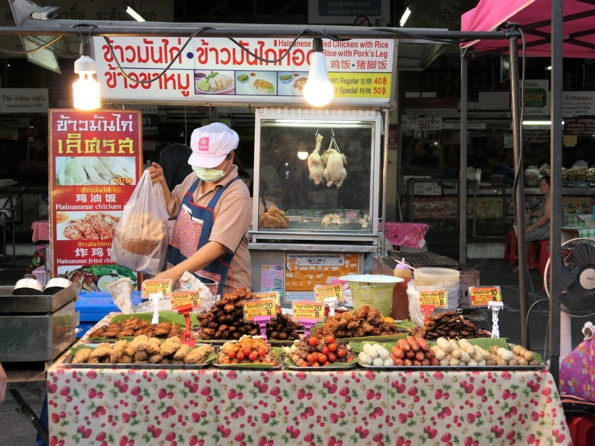 El mercado de la Puerta Sur, junto a los restos de la muralla, es uno de los más variados, populares y completos de Chiang Mai | Gastronomadistas