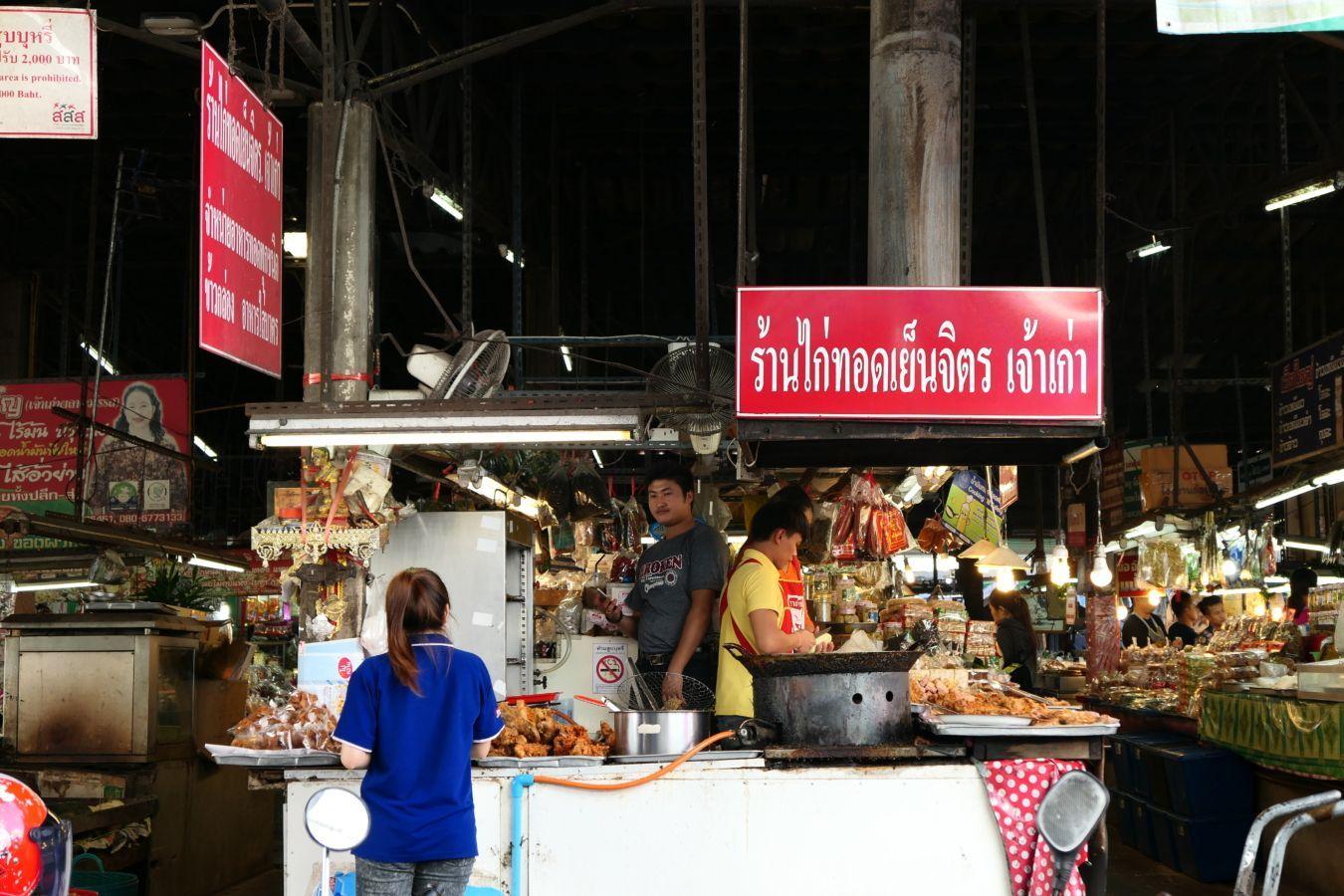 Gastronomadistas | Ton Payom, un mercado pequeño de Chiang Mai en el que se elabora la mejor salchicha del mundo: la sai ua.
