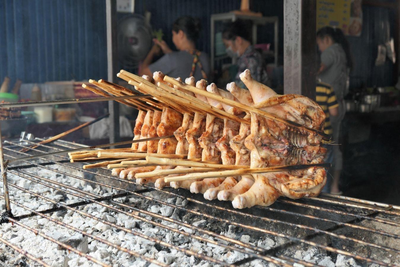 Descubre dónde probar el mejor pollo a la parrilla de Tailandia: el pollo isaan. Aprende también a hacerlo en casa siguiendo la receta tradicional | Gastronomadistas