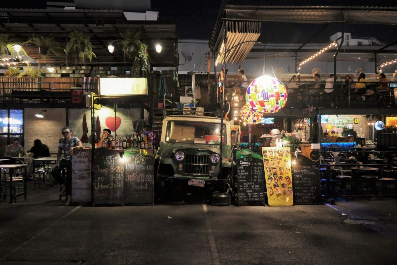 Bar curioso en el mercado de Rot Fai | Gastronomadistas