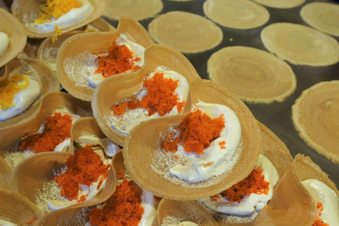 Crepes tailandesas o khanom bueang en el mercado de Rot Fai | Gastronomadistas