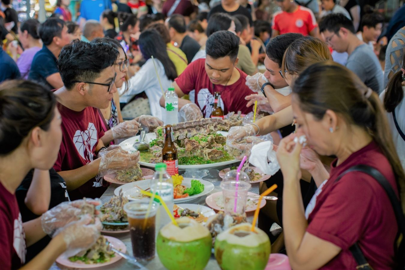 Laeng saeb, guiso gigante de espina de cerdo en el mercado de Rot Fai | Gastronomadistas