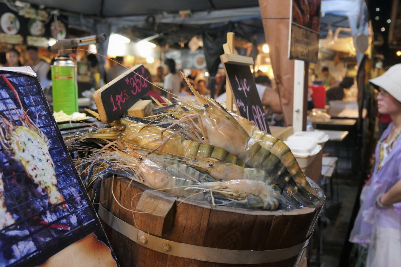 Langostinos de río gigantes en el mercado de Rot Fai Ratchada | Gastronomadistas