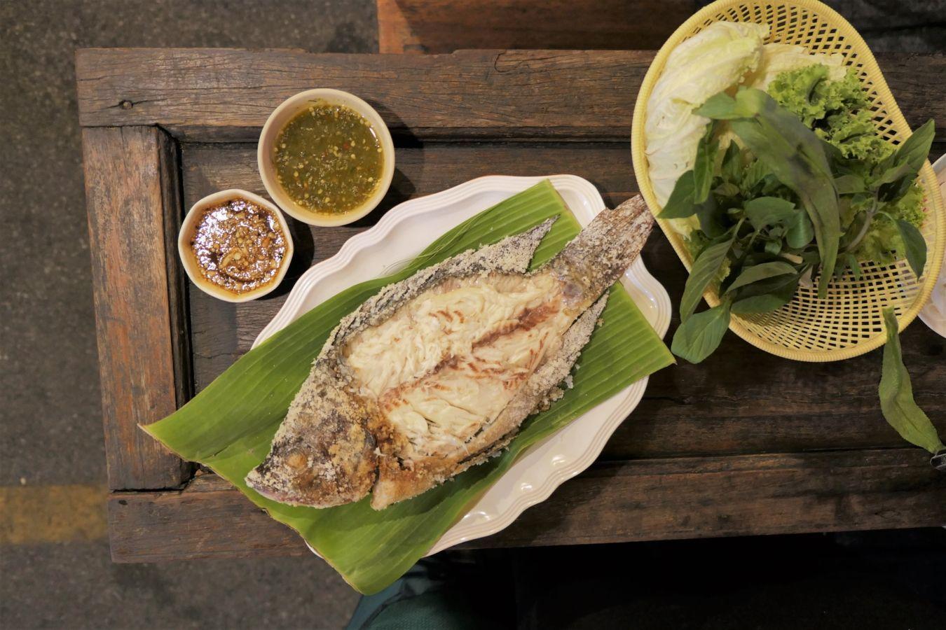 Pescado en costra de sal en el mercado de Rot Fai Ratchada | Gastronomadistas