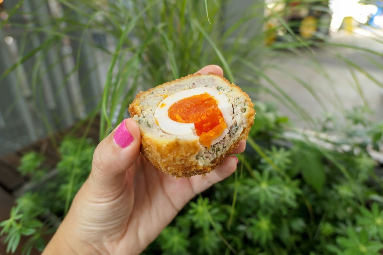 ¿Es el Scotch egg el elemento esencial para un picnic perfecto? Descubre dónde probar este clásico de la gastronomía británica y decide por ti mismo | Gastronomadistas
