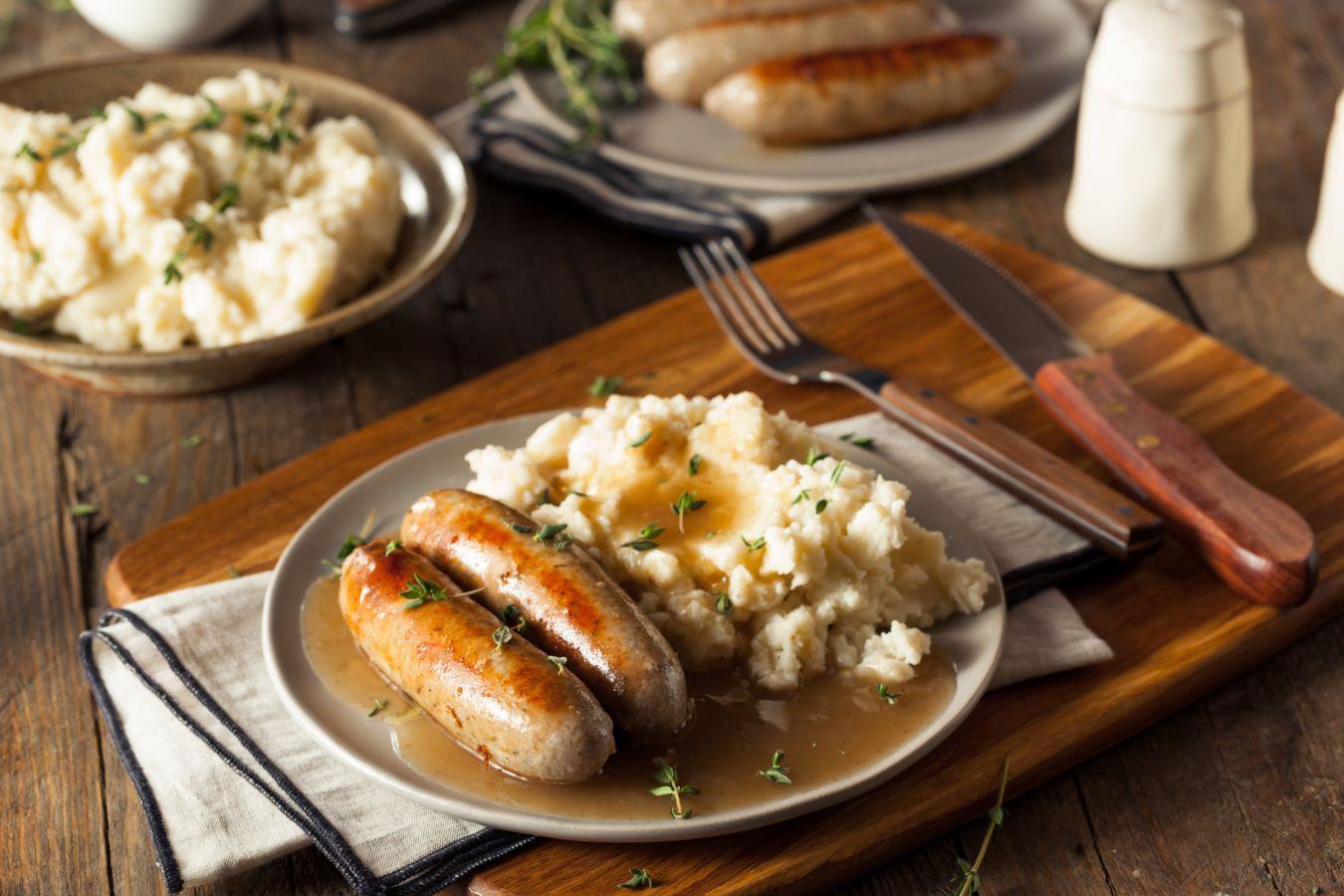 Bangers & mash: este plato tradicional de la clase obrera británica se ganó su apodo durante las dos Guerra Mundiales. Te lo cuento en este artículo | Gastronomadistas