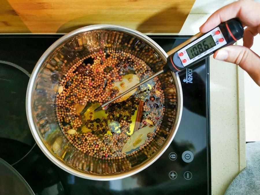 Chilli oil o aceite picante: aprende a preparar este delicioso aliño de guindilla y dale un toque único a todos tus platos | Gastronomadistas
